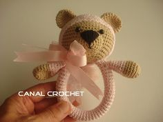 Nice and useful tissue or crochet amigurumi rattle, a perfect baby gift. The rattle teddy together with teddy bib , would be the perfect complement to give to a newborn baby or months. Video tutorial for this in amigurumi teddy rattle available. Crochet Diy, Blog Crochet, Crochet Baby Toys, Crochet Bear, Crochet Videos, Crochet Gifts, Crochet Animals, Crochet For Kids, Crochet Dolls