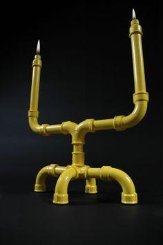 U-TUBE kandelaar van Sander Muler, hier in geel. Stoer gemaakt van gepoedercoat staal en gietijzer. Maar toch ook romantisch aangezien de wijde vorm een gesprek, of elkaar diep in de ogen kijken, niet in de weg staat: http://www.gimmii.nl/shop/sander-mulder/u-tube-kandelaar/
