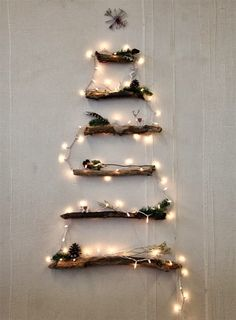 少しずつ長さに違う流木でクリスマスツリー風に。 イルミネーションを飾ればいつものツリーよりとってもおしゃれ!