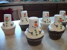 Frosty the Snowman Cupcakes. Tons of really creative Christmas cupcake ideas! Cute idea vegans make vegan cupcakes and use vegan marshmallows! Noel Christmas, Christmas Goodies, Christmas Desserts, Christmas Treats, Holiday Treats, Holiday Recipes, Christmas Parties, Holiday Foods, Christmas Cup Cakes Ideas