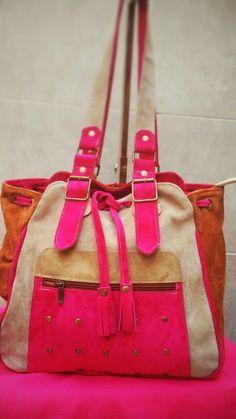 Cartera de gamuza en varios colores en gamuza: fucsia, coñac y coco clasico con ajuste... detalles de tachitas el frente.