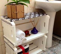 Caixotes de feira para organizar rolos de papel higiênico no banheiro! Não apenas rolos de papel higiênico, mas também toalhas e produtinhos de banho. Você pode pregar o caixote na parede para fazer um nicho ou acomodá-los embaixo da pia.