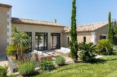 Outdoor Bathrooms, Exterior House Colors, Villa, Home Staging, Facade, The Good Place, Outdoor Living, Pergola, Real Estate