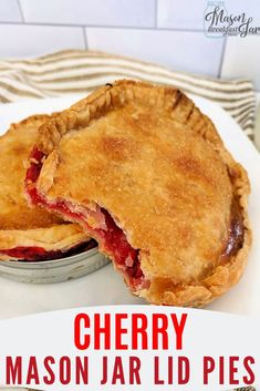 Looking for a delicious, easy, quick dessert? This cherry pie mason jar dessert is the perfect single-serving treat for any day of the week. Mason Jar Pies, Mason Jar Lunch, Mason Jar Desserts, Mason Jar Meals, Meals In A Jar, Easy No Bake Desserts, Easy Dinner Recipes, Dessert Recipes, Yummy Recipes