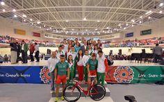 Integrantes de la Selección Mexicana de Ciclismo, representada en el presídium por Daniela Gabriela González y Rubén Orta Castro, a unas horas de que el Velódromo vibre con su actuación.