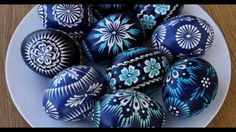 Pysanky - Ukrainian Easter Eggs ~ would be awesome on rocks as well Polish Easter Traditions, Egg Shell Art, Easter Egg Designs, Ukrainian Easter Eggs, Easter Egg Crafts, Diy Ostern, Egg Art, Rock Crafts, Egg Decorating