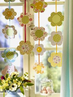 Fensterdeko Easter itself-making garland - Spring Crafts, Holiday Crafts, Diy And Crafts, Crafts For Kids, Flower Window, Flower Garlands, Easter Crafts, Paper Flowers, Window Decorating