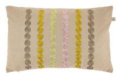 Fonta sierkussen heeft een subliem design van gekleurde cirkels. Met een lichte knipoog naar de retrotrend. De achterzijde van het sierkussen is effen. Het woonkussen heeft de maat 30 x 50 en is gemaakt van polyester en katoen. Dit woonkussen is afkomstig van het merk Dutch Decor.