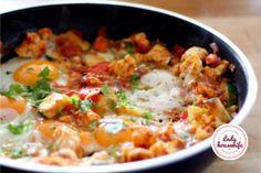 Szakszuka z cukinią i kalafiorem to kolejna wariacja mojego ulubionego weekendowego śniadania. Dobrze doprawione jajka w pomidorach z dodatkiem warzyw. Calzone, Food And Drink, Chicken, Diet, Cubs