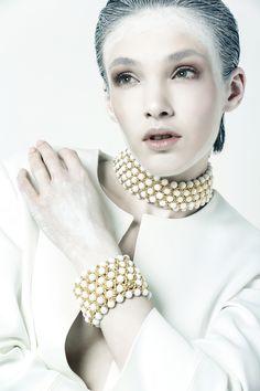 GIADAN  bracciale in agata bianca e argento 925  girocollo in agata bianca ed argento placcato oro  925 silver and white agate bracelet  white agate choker  www.giadan.it  Giacca / jacket: Amen