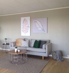 Stilfull sofa i behagelig lys grå med vennbare puter og runde, koksgrå knapper. Spennende sofabord og sidebord er også fra Bo Design. Se bodesign.no for mer info!