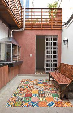 """Embora estreita (3 m de largura), a casa geminada tem 10 m de comprimento. """"Abrimos todas as paredes que pudemos, como a passagem entre sala e cozinha"""", diz o arquiteto."""