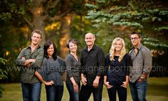 family with adult children pose Adult Family Poses, Large Family Poses, Family Of 6, Family Picture Poses, Family Picture Outfits, Family Photo Sessions, Family Posing, Adult Family Pictures, Extended Family