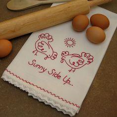 Needleknowledge ti propone un'idea semplice e veloce per personalizzare uno strofinaccio da cucina. Il disegno da ricamarecon filato monocolore rappresenta due gallinelle che si scaldano sotto il cocente sole d'estate.