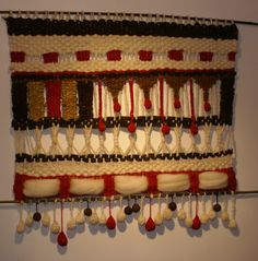 Telaresytapices .... Maria Elena Sotomayor : telar blanco con rojo alegre ( Rancagua) Crochet Projects, Diy Projects, Weaving Wall Hanging, Wall Hangings, Sewing Art, Weaving Patterns, Tapestry Weaving, Hand Weaving, Diy And Crafts