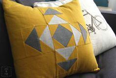 Nesta moderna almofada da You and Mie, a combinação de cinza com amarelo da um toque de cor a qualquer sala sem muitas cores (Crédito: You and Mie)