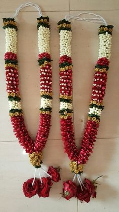 Indian wedding garland - Ideas to Choose the Wedding Flowers For Fireplace On the day of your wedding it is natural to have your entire house decorated because in this way you pinpoint the importance and the festive nature Indian Wedding Flowers, Bridal Hairstyle Indian Wedding, Flower Garland Wedding, Floral Garland, Flower Garlands, Wedding Garlands, Wedding Garland Indian, India Wedding, Bridal Hairstyles