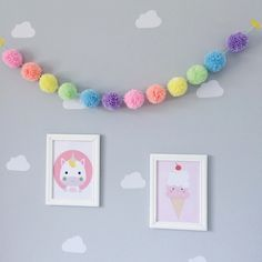 Varal de pompom para decorar o quartinho ou a festinha dos seus pequenos! Pom Pom Crafts, Yarn Crafts, Diy Wall Decor, Baby Decor, Diy Pompon, Diy Home Crafts, Diy Crafts Hacks, Unicorn Bedroom, Kids Room Design