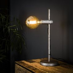 This industrial table lamp has a single light source and is made of metal and is finished in old silver. The light source distributes the light in a beautiful way through the room, creating a great ambiance. Industrial Floor Lamps, Industrial Table, Lumiere Led, Beautiful Lights, Desk Lamp, Table Lamps, Retro Vintage, Lighting, Interior