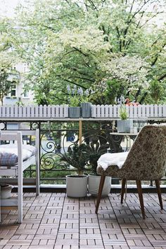 Balkon Gestalten Balkonmöbel Holz Metall Klapptisch Stühle Kräuter ... Balkon Gestalten Balkonmobel Balkonpflanzen