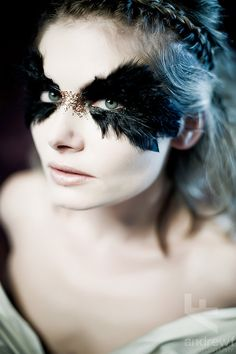 Gorgeous black feathers and gold glitter as eye makeup. #makeup #eyes #black #gold #feathers #glitter #circus #dark
