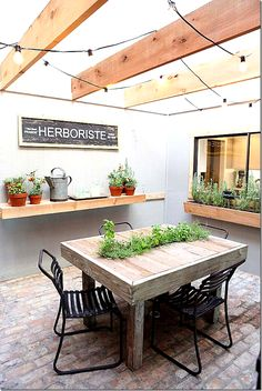 Spotlight: Chalkboard Plant Marker Indoor Garden/Sunroom on HGTV's Fixer Upper--love this idea! Indoor Garden/Sunroom on HGTV's Fixer Upper--love this idea! Fixer Upper Hgtv, Magnolia Fixer Upper, Magnolia Farms, Magnolia Homes, Magnolia Market, Fixer Upper Episodes, Thrifty Decor Chick, Plant Markers, Chip And Joanna Gaines