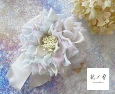 ホワイトをベースに薄いブルーとパープルのグラデーションが美しい大輪の花のヘッドドレスです。絹の光沢が艶っぽいお花になっています。裏側はリボンがついています。ヘ... ハンドメイド、手作り、手仕事品の通販・販売・購入ならCreema。
