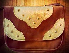 Bandolera Frida, modelo clásico. Detalle en cuero y tachas doradas. 100% Cuero Gamuzado y Cuero.  www,facebook.com/budaabags   #fashion #moda #leather #collection #aw2015 #winter #handbags #bags #leather #budaabags #suelaynegro #cuero #like #love #megusta