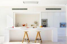 Cuisine aménagée et ouverte sur le séjour et les espaces extérieurs de la villa