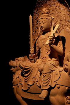 卯年生まれの守り本尊 文殊菩薩の徳性は悟りへ到る重要な要素、般若=智慧である。尚、本来悟りへ到るための智慧という側面の延長線上として、一般的な知恵(頭の良さや知識が優れること)の象徴ともなり、これが後に「三人寄れば文殊の智恵」ということわざを生むことになった。