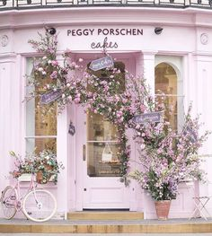 Millennial Pink facade of the Peggy Porschen Cakes in London. Chelsea Flower Show, Peggy Porschen Cakes, Brunch Spots, Brunch Places, Shop Fronts, Instagram Worthy, London Instagram, Everything Pink, Pink Aesthetic