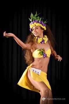 Hawaiian Woman, Hawaiian Girls, Polynesian Dance, Polynesian Culture, Tiki Hawaii, Aloha Hawaii, Tahitian Costumes, Tahitian Dance, Tahiti Nui