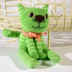 sock cat - tutorial: http://starshapedandshiny.blogspot.co.at/2013/02/sock-cats-and-dogs.html