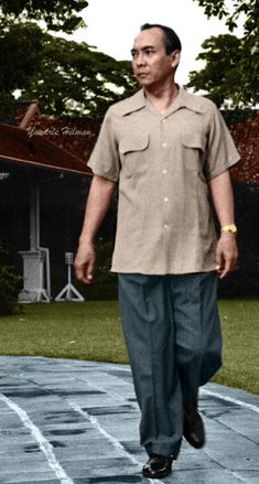 Soekarno (6 Juni 1901-21 Juni 1970) Dutch East Indies, Vintage Wear, Founding Fathers, Vintage Photographs, Presidents, Men Casual, Culture, History, Celebrities