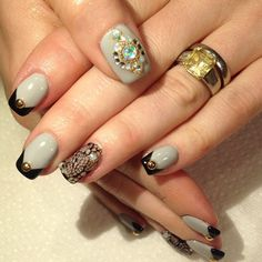 Looking for easy nail art ideas for short nails? Look no further here are are quick and easy nail art ideas for short nails. Fancy Nails, Cute Nails, My Nails, Gold Nail Polish, Gold Nails, Bling Nails, Stiletto Nails, Unicorn Nail Art, Color For Nails