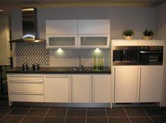 Kasten rechts half hoog en gelijke hoogte Kitchen Cabinets, Half, Home Decor, Houses, Decoration Home, Room Decor, Cabinets, Home Interior Design, Dressers