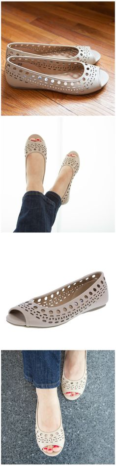 With its trendy cut-out design, the Caprice flat pairs perfectly with your fun in the sun style!