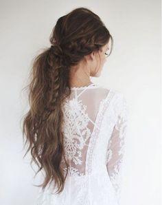 結婚式の髪型をお考えの花嫁さん!意外と人気な「ポニーテール」で、大人可愛い花嫁さんを目指してみるのはいかがでしょうか?*「ポニーテール」といっても、いろいろなヘアアレンジがあるので、ご紹介したいと思います♪ ゲストさんのヘアアレンジにも使えるので、ぜひ参考にしてみてくださいね!