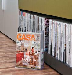 Prateleira + divisores de escritório =  coleção de revistas bem cuidada e organizada