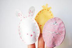 Esta es una manualidad sencilla y fácil que puedes realizar con niños durante la semana santa. Se tratan de unas pequeñas marionetas de dedo con forma de conejo y de Huevos de Pascua. En el siguien…