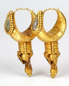 A large pair of Eastern Roman Gold Earrings, ca. 3rd century BC