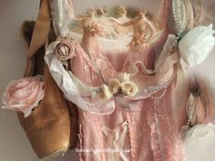 Couronne shabby avec roses anciennes Couronne Shabby Chic, Vintage Shabby Chic, Roses, Ballet, Bra, My Favorite Things, Fashion, Moda, Pink