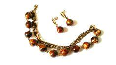 pulseira e brinco em ouro velho com contas marmorizadas.