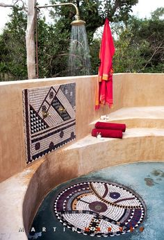 Outdoor shower and mosaic Outdoor Baths, Outdoor Bathrooms, Outside Showers, Outdoor Showers, Tulum, Romantic Bathrooms, African Interior, Lodge Style, Out Of Africa