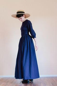 Plain dress with pointed bodice. The front and back bodice are darted for a tailored look. The skirt is extra full. Nursing access available