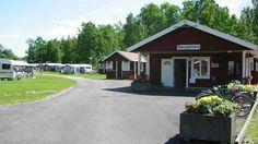 Der Campingplatz befindet sich in schöner Lage am See Mälaren etwa 4 km nördlich von Torshälla. Im Anschluss an den Campingplatz gibt es einen Badestrand, einen Kiosk sowie einen Golfplatz mit Restaurant.