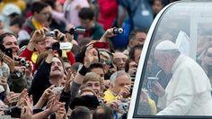 El Papa le echa un trago al mate de unos desconocidos en pleno baño de multitudes