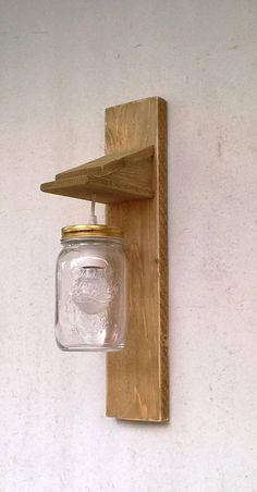 Appliques à la main en bois traité recyclé finissent peint et en détresse. Mason jar crée dans l'espace doux nostalgique et chaleureux. Ιdeal pour les lieux qui ont besoin d'avoir un cadre accueillant et ambiance intime. Il est dur câblé pour une installation d'une alimentation