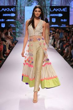 Arpita Mehta At Lakme Fashion Week Summer/Resort 2015 Indian Fashion Trends, India Fashion, Asian Fashion, Style Fashion, Indian Attire, Indian Ethnic Wear, Pakistani Outfits, Indian Outfits, Coordination Des Couleurs