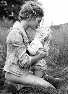 Natalia Vodianova kissing her Daughter